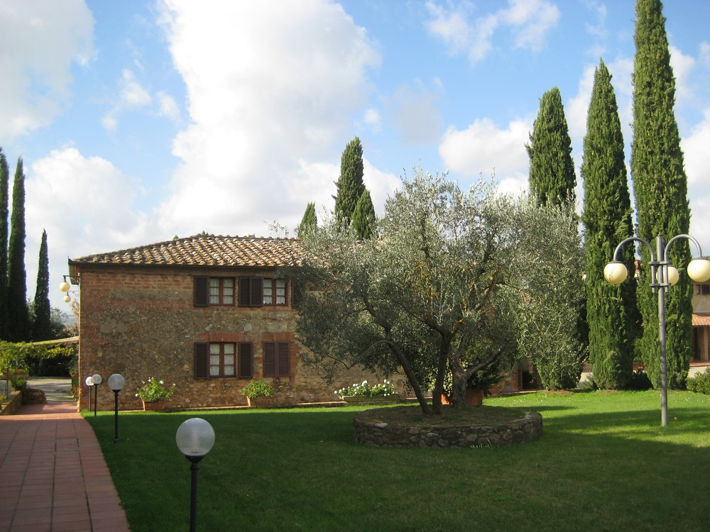 Entrance to Villa Curina from the road.
