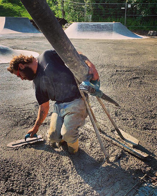 As a skatepark builder you have to multitask every now and then. Here's Gilbert, doing his job...