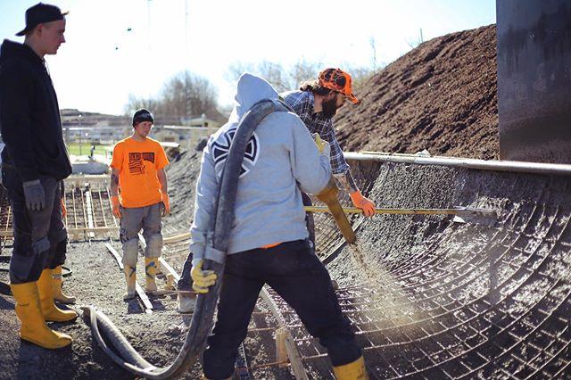 Wenn dir irgend etwas an diesem Bild bekannt vorkommt, du vielleicht sogar Betonbauer, Metallbauer, Zimmermann oder Tischler bist, und du morgen nicht früh aufstehen musst (weil du grad keinen Job hast) - schreib uns eine E-Mail an:  jobs@anker-rampen.de #wearehiring #skateparkbuilders #concreteworkers #betonbau
