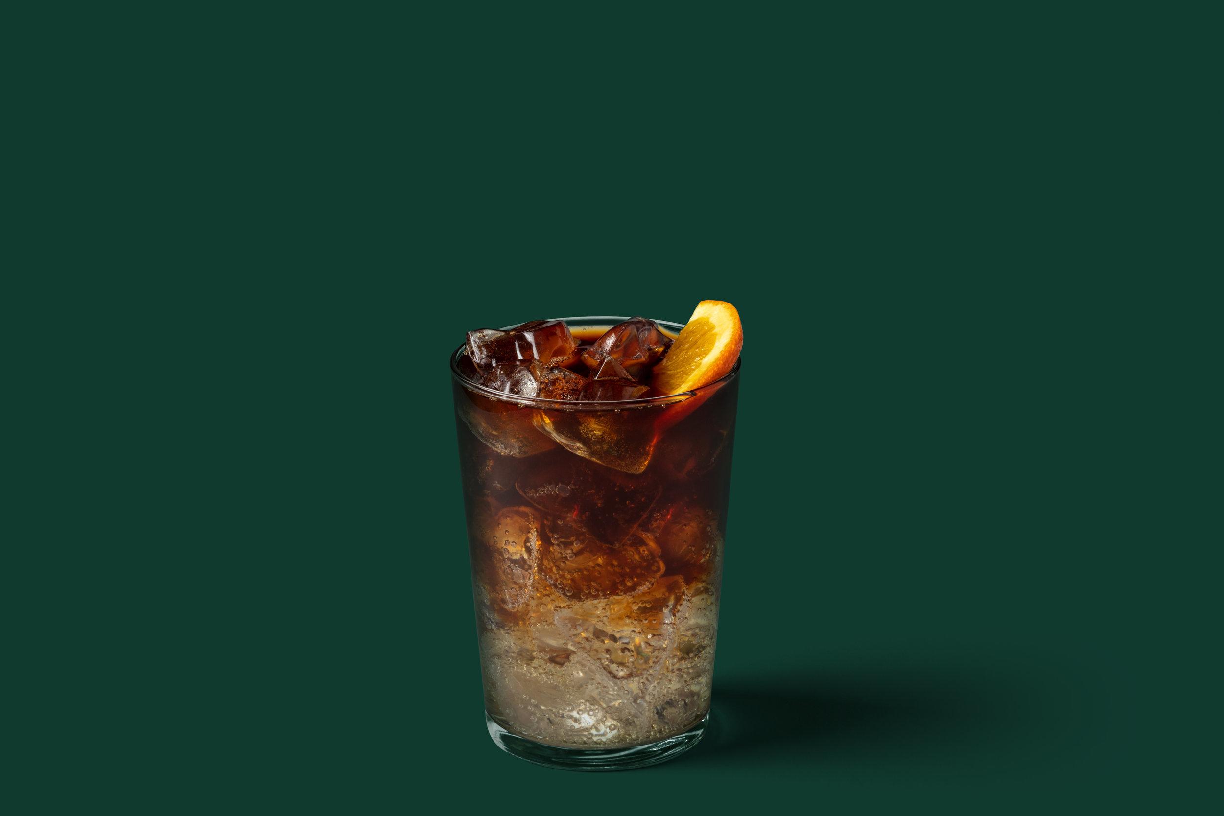 COLD BREW WITH GINGER ALE TONIC - Τέλεια ισορροπία καφέ και τόνικ: Η ελαφρώς γλυκιά και εκλεπτυσμένη γεύση του Cold Brew, σε συνδυασμό με το τόνικ τζίντζερ, προσφέρει μια ελαφρώς πικάντικη ανατρεπτική νότα χωρίς να υπερκαλύπτει την γεύση του καφέ. Σερβίρεται με πάγο και με μια φρέσκια φέτα πορτοκαλιού για μια ολοκληρωμένη εμπειρία αρωμάτων και γεύσεων. Ιδανικό για στιγμές δροσιάς και αναζωογόνησης τις πιο ζεστές ημέρες του καλοκαιριού.
