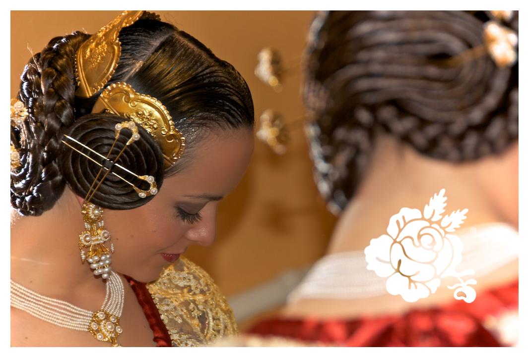 Cristina Aparicio Garcia con aderezo de racimo de perlas chapado en oro con collar de 7 vias