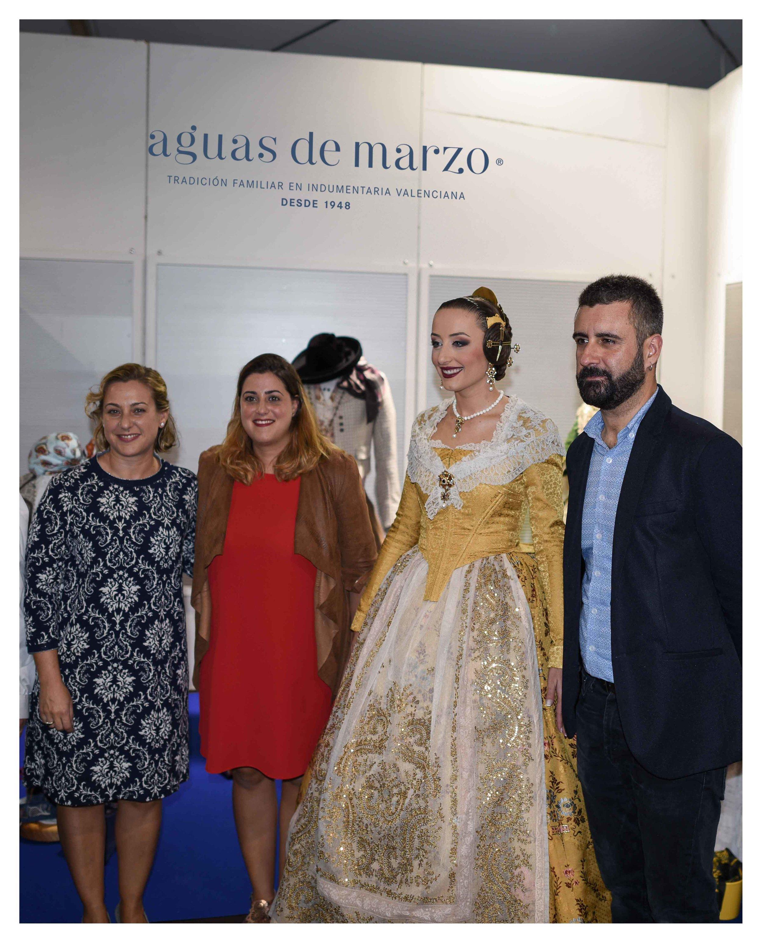 En la imagen, la Fallera Mayor de Valencia 2018, señorita María del Rocío Gil Uncio, y D. Pere Fuset junto a María Fátima Aguas de Aguas de Marzo indumentaria.