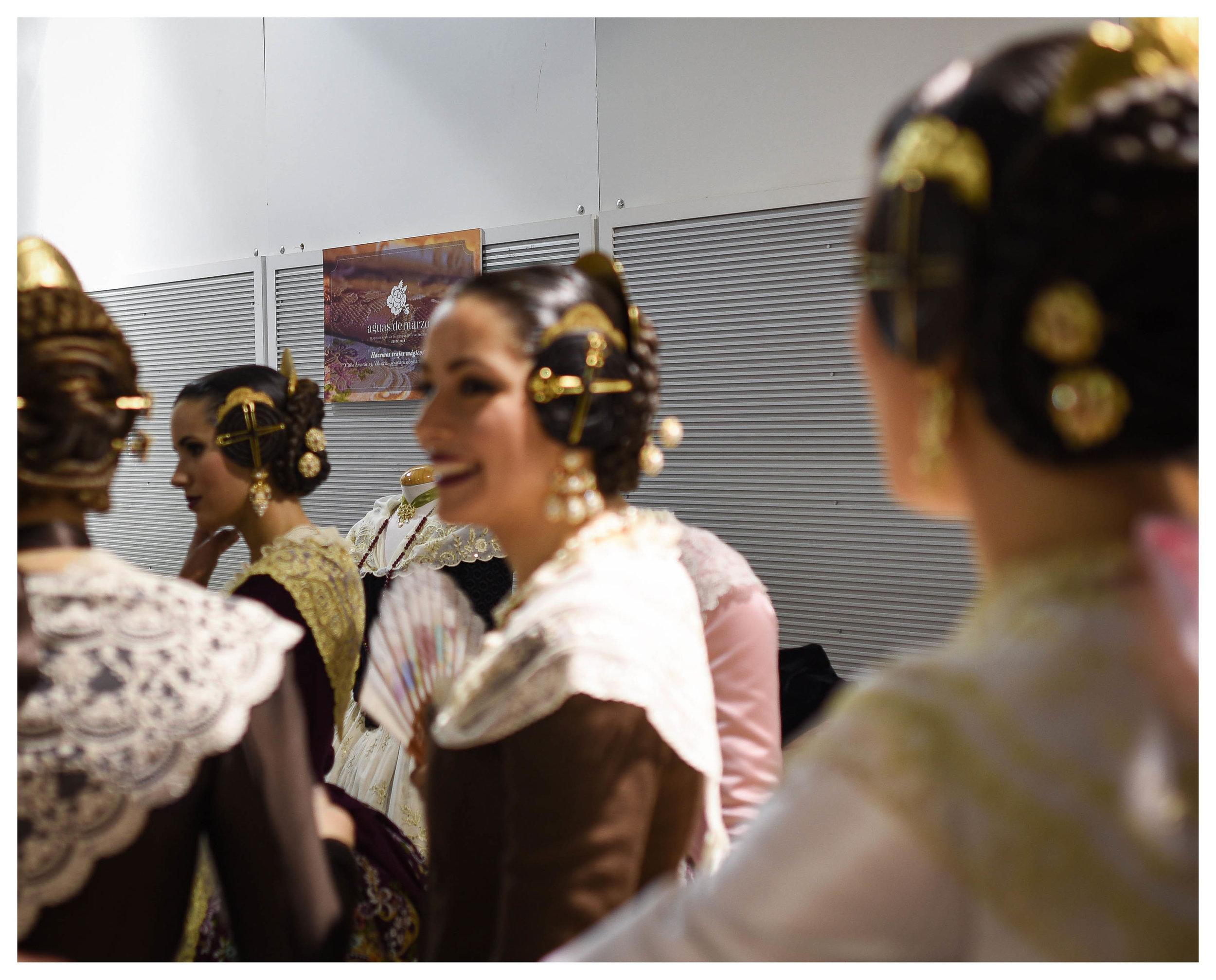 En la imagen, la Corte de Honor de la Fallera Mayor de Valencia 2018 en el stand de Aguas de Marzo indumentaria.