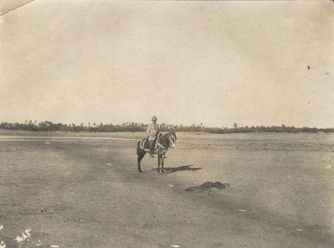 Gaston Chérau derrière un cadavre aux confins de l'oasis de Tripoli ©Collection privée