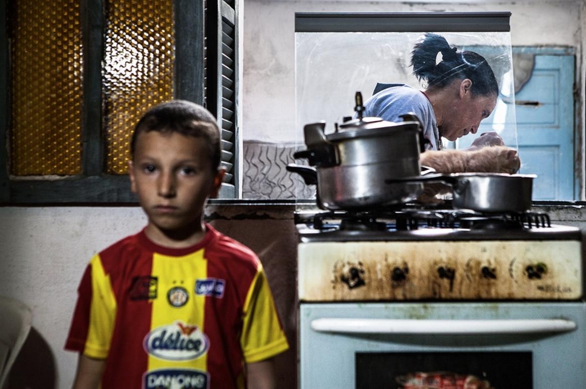Om el Khir Ouirtatani est une mère de trois enfants, dont Ritej la cadette de sa fratrie, née quelques mois après le départ de son père, Nabil Ghuizaoui et le 29 mars 2011. Co-fondatrice de l'association «Terre pour tous », Om el Khir travaille en tant qu'institutrice auprès des enfants de cité El Nour et milite au quotidien pour subvenir aux besoins de sa famille et raviver la mémoire de son mari. Crédit image : Aymen Omrani