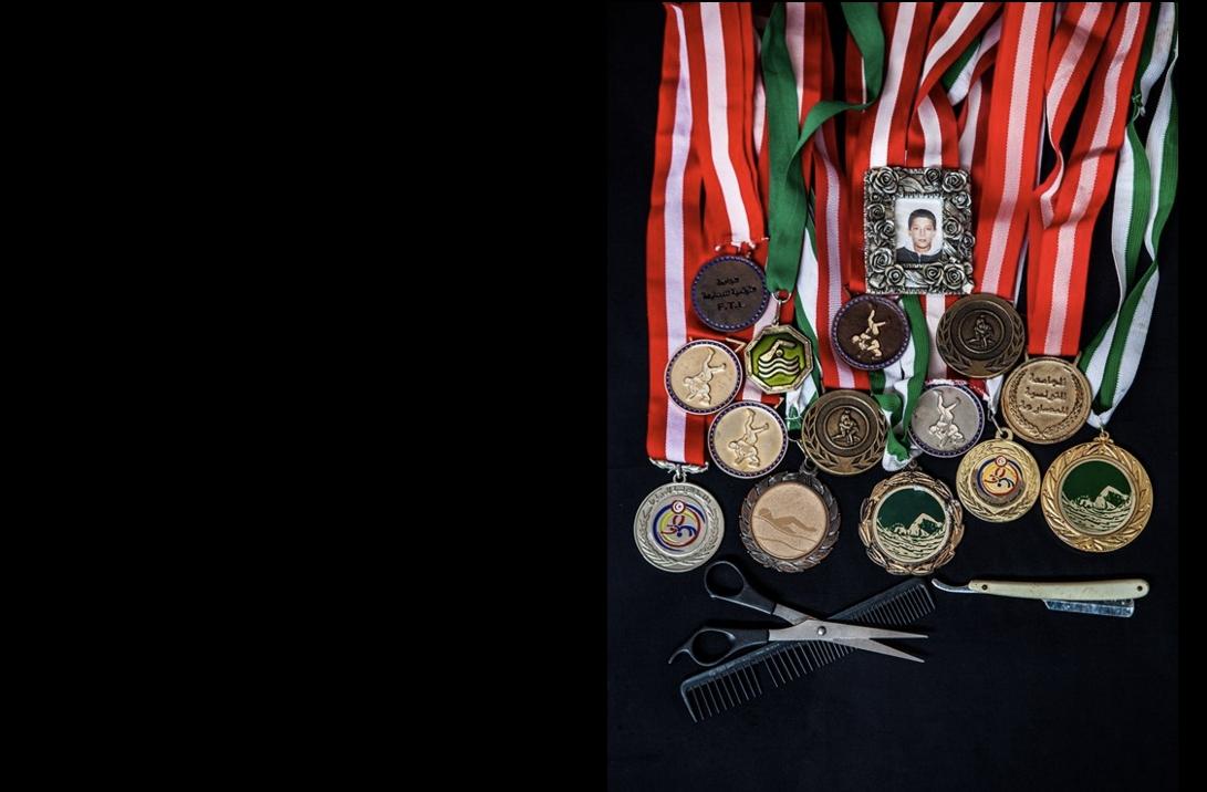 Mbarka Rhimi a gardé les médailles des compétitions de sport de son fils, Arbi Ferchichi. Crédit image : Aymen Omrani