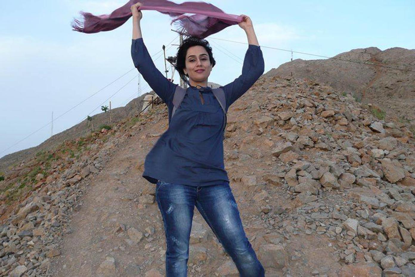 Pour protester contre les sévères restrictions qui règnent en république islamique d'Iran, des femmes ont décidé de s'afficher sur les réseaux sociaux sans leur voile pourtant obligatoire dans l'espace publique.