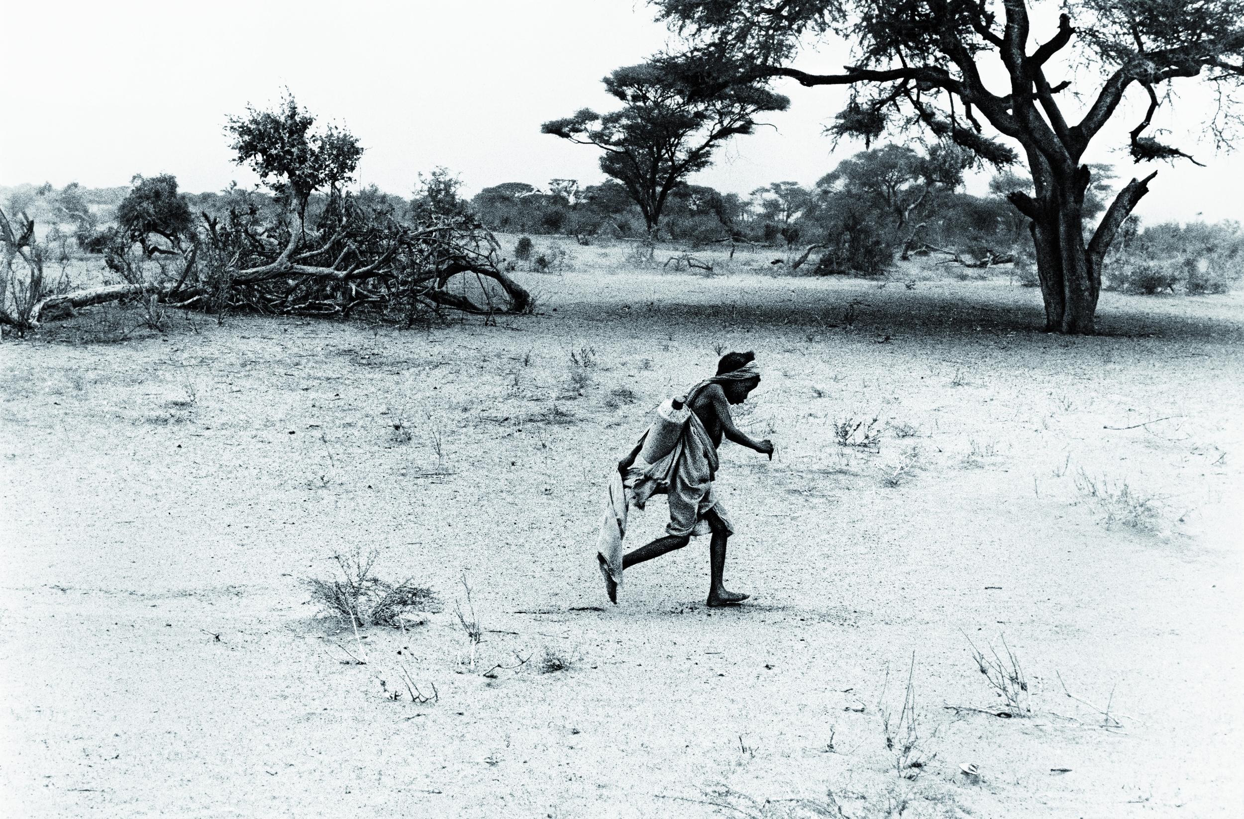 Enfant porteur d'eau en Somalie /Myriam Viallefont-Haas