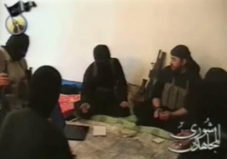 Précurseur de l'État islamique, le jihadiste jordanien Abu Mus'ab az-Zarqawi avait dès le début de l'insurrection anti-américaine en Irak fait le choix de recruter d'anciens officiers irakiens, qui devinrent par la suite les responsables militaires de son organisation.