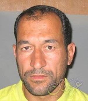Photographie en tenue de prisonnier d'Abu Abderahman al-Bilawi (Adnan Ismaïl Najm), après sa capture par les forces américaines.