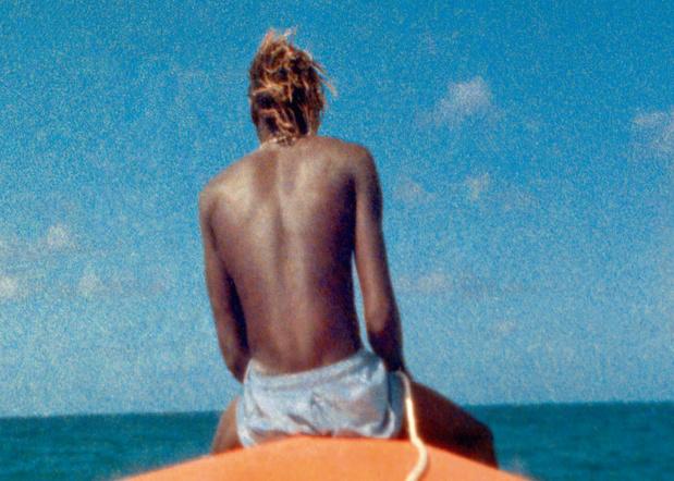 Steve McQueen ,  Ashes  , 2014-15 Double projection vidéo HD synchronisée (transférée d'après des films 8 mm et 16 mm), son, écran double-face, affiches. 20 min.31 sec.