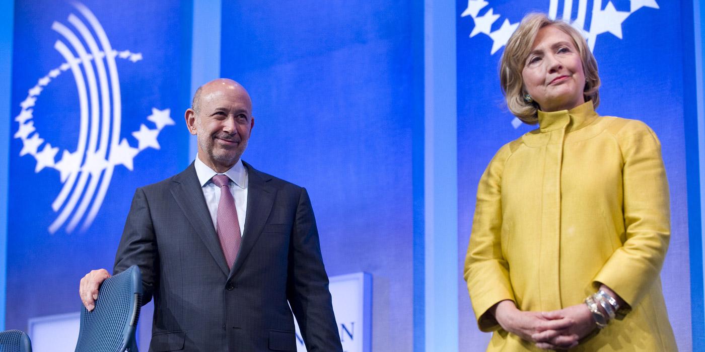 Hillary Clinton avec le PDG de Goldman Sachs, Lloyd Blankfein, lors d'un événement du Clinton Global Initiative, en septembre 2014, à New York. Photo: Stephen Chernin/AFP/Getty Images