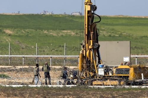 Une entreprise israélienne effectue un forage à la frontière de la Bande de Gaza, pour installer un système de détection anti-tunnels, le 3 février 2016 - Photo EPA/Jim Hollander