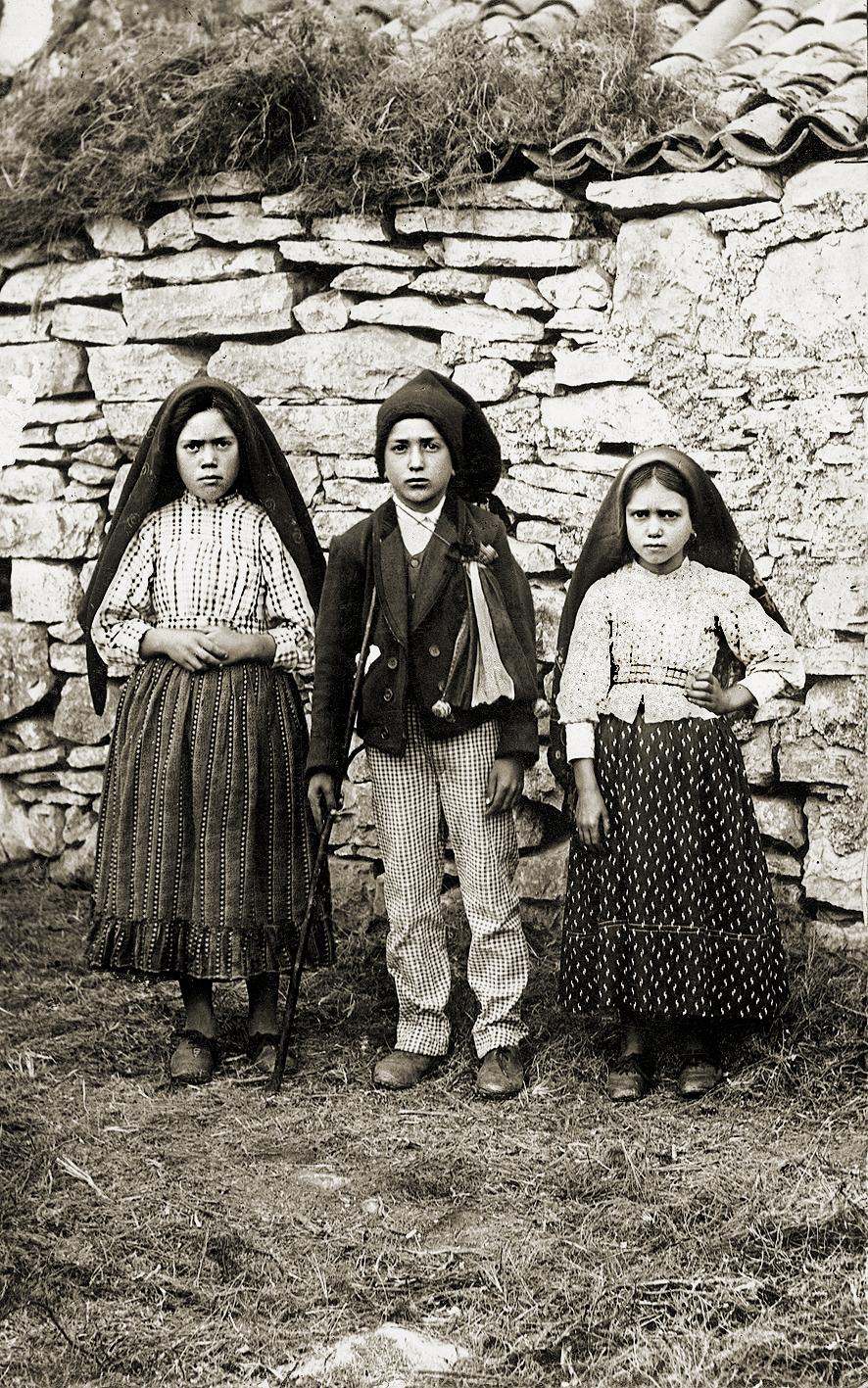 Les trois enfants qui avaient vu la vierge à Fatima.