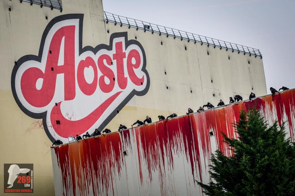 < AOSTE, STOP MAKING PROFITS ON THE BACK OF THE ANIMAL HOLOCAUST > (Photographie : prise d'assaut de l'usine Aoste (38) - photographe : Kevin Millot)