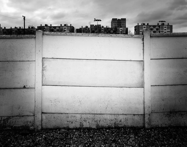 Karim Kal,  Palissade, Série Abstractions, périphérie lyonnaise , 2013   Tirage jet d'encre, contre-collage sur dibond —67 ×80 cm Courtesy of the artist