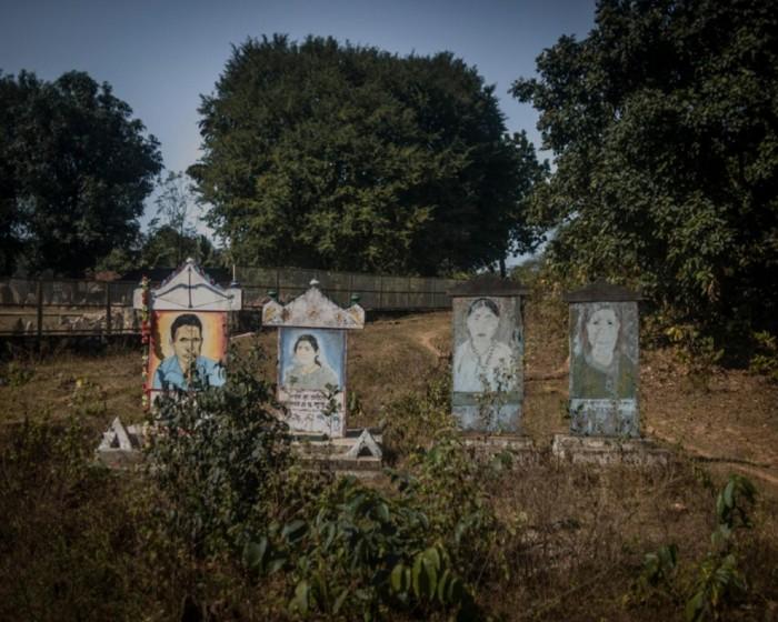 Tombes adivasis sur la route de Dantewada, au Chhattisgarh. Photo Poulomi Basu