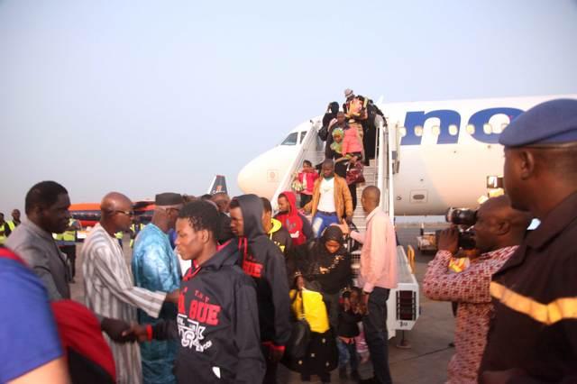 L'arrivée des migrants maliens à l'aéroport de Bamako, le 29 décembre 2016. (Sébastien Rieussec)
