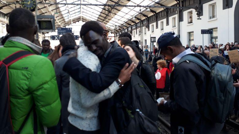 Ce mardi 19 décembre, entre 350 et 400 personnes se sont réunies à la gare de Bayonne pour militer contre le départ de 21 migrants. Ceux-ci ont pris le train pour Pau, avant d'être renvoyés en Italie.