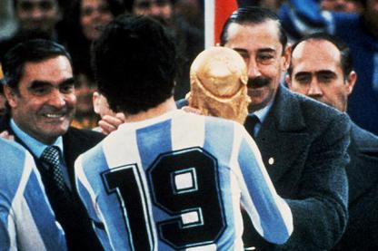 1978 : Videla remettant le trophée à Passarella