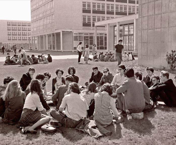 """Des étudiants contestataires de la Faculté de Nanterre occupent, le 29 mars 1968 le campus de la faculté fermée par le doyen à la suite de l'occupation des locaux par des étudiants qui ont créé le """"Mouvement du 22 Mars"""".  Archives/AFP"""