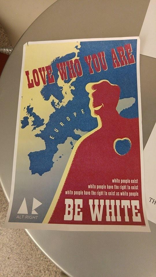 """Affiche de l'alter-droite sur la campus de l'Université d'Ohio : """"Aimez ce que vous êtes : soyez blanc"""" (sic)"""