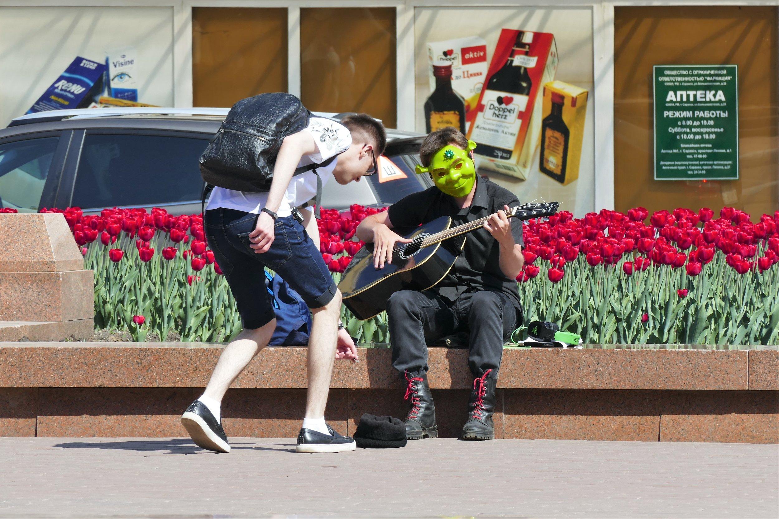 Alexandre, son masque de Schrek et sa guitare, seul salut de Saransk ?