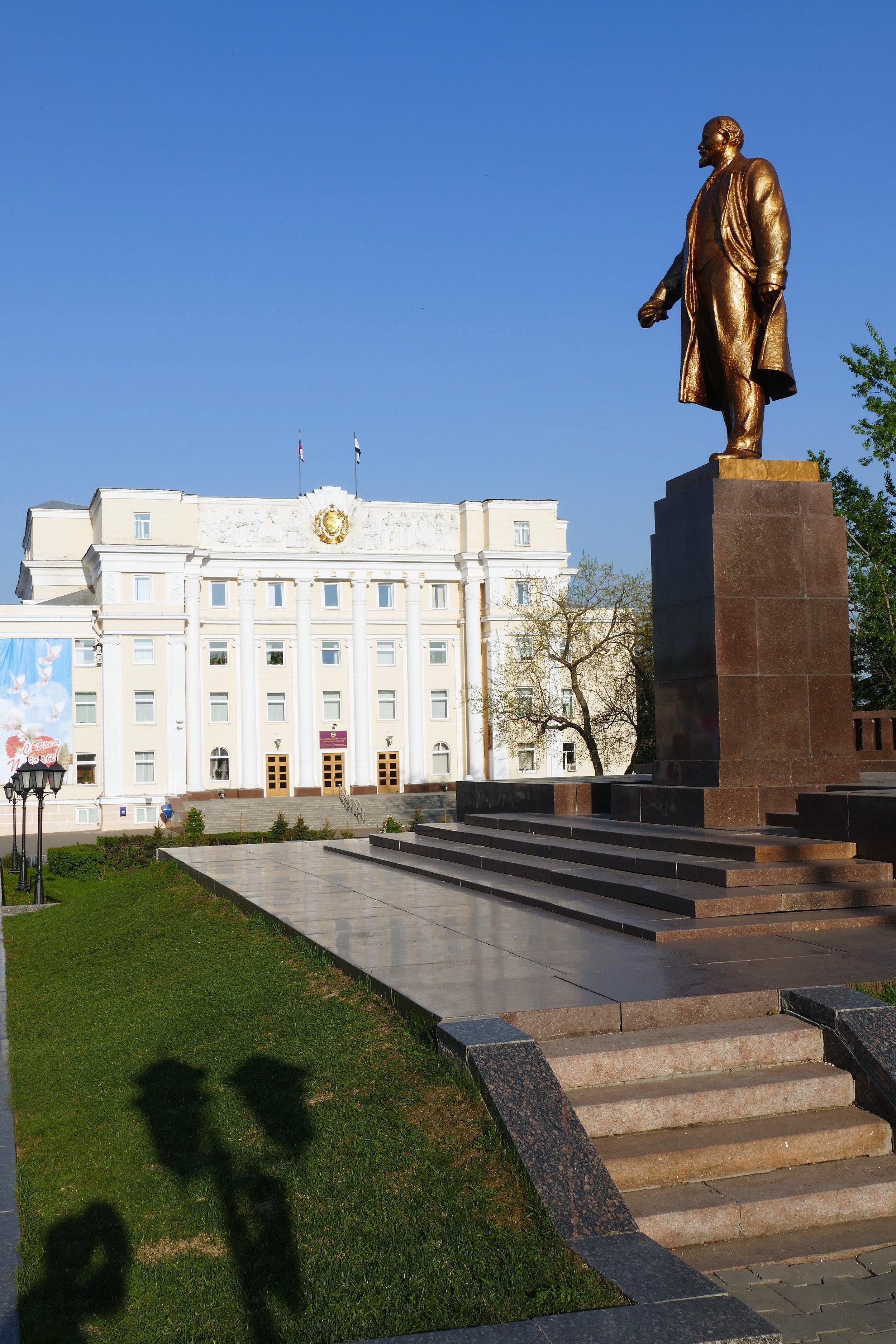 L'inévitable statue de Lénine devant la maison des Soviets.
