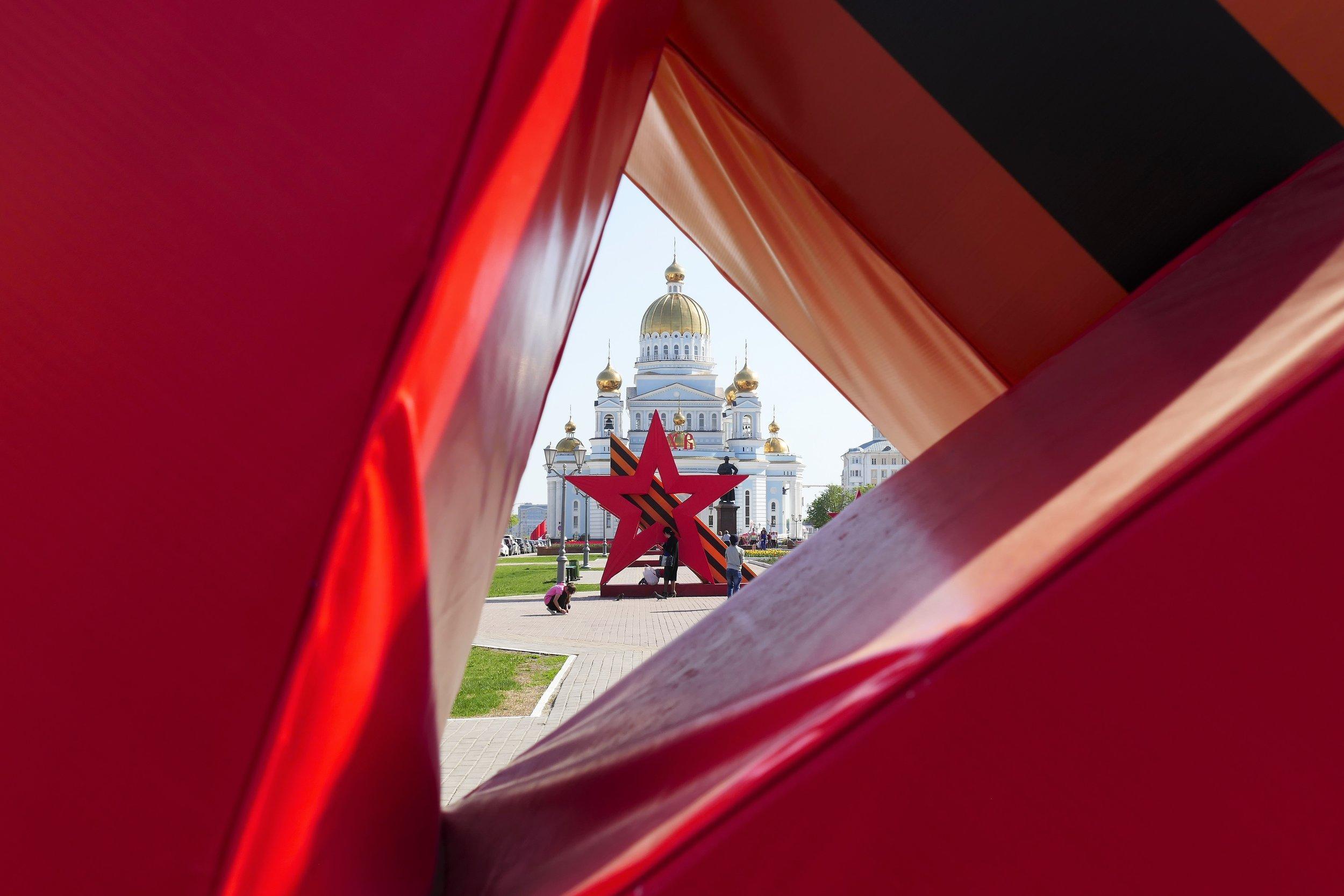 Quelques restes des célébrations du 8 mai, date anniversaire de la victoire de l'URSS sur l'Allemagne nazie.
