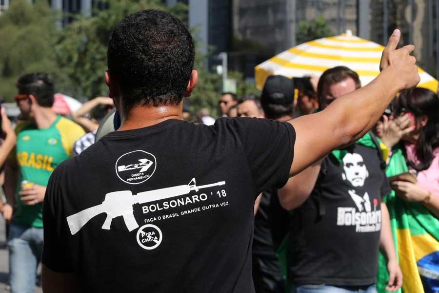 L'emblème de Bolsonaro : un fusil-mitrailleur. Son slogan : rendre sa grandeur au Brésil, vulgaire plagiat du slogan de Donald Trump.
