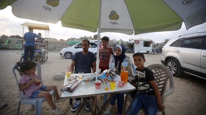 La famille Dilly se rend près du port de Gaza pour s'extraire un moment de ses difficultés quotidiennes – Photo : Abdel Kareem Hana/Al Jazeera