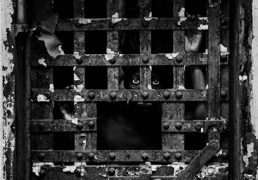 Amnesty International ou les uns envers les autres : exposition militante - Photo   Amnesty International a choisi de célébrer l'anniversaire des 70 ans de la déclaration des droits de l'homme par une exposition militante et un renouvellement de son inscription dans la Cité qui a vu naître la Déclaration des droits de l'homme et du citoyen, issue de la Révolution française.