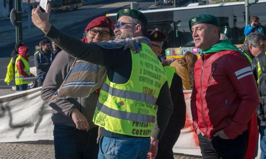 Des Gilets caca d'oie se prennent en selfies à Lisbonne... Photo de Horacio Villalobos (voir son reportage photiographique  ici )