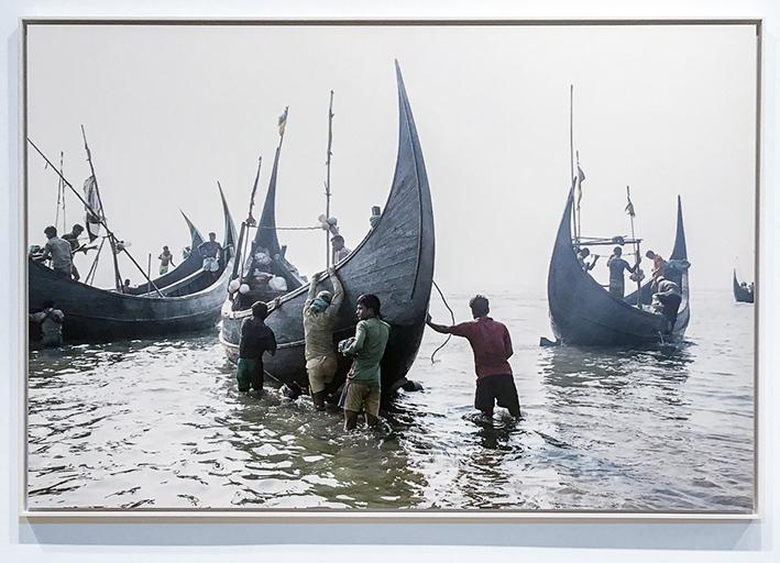 Bangladesh, 2017. Des pêcheurs se préparent à partir en mer, près du village de Shamlapur. Ils sont pour la plupart des réfugiés rohingyas originaires de l'État de Rakhine à l'ouest du Myanmar. © William Daniels