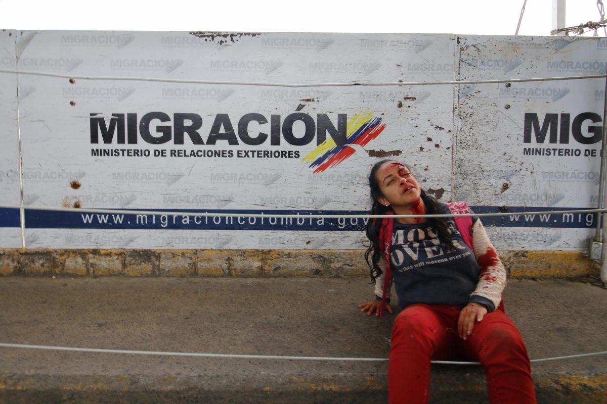 Un exemple de la difficulté d'interpréter les photos : comme le rapporte l'AFP, cette femme a bien été heurtée par deux blindés légers vénézuéliens sur le pont, mais ils étaient conduits par des déserteurs de l'armée bolivarienne qui ont utilisé ces véhicules pour forcer le passage de la frontière et se rendre à l'armée colombienne qui les attendait de l'autre côté. De même, TeleSur, la télévision d'état vénézuélienne ne cesse de montrer des vidéos qui semblent bien prouver que les deux camions d'aide humanitaire brûlés sur le pont ont été incendiés par des cocktails molotov lancés par les manifestants, et pas par l'armée vénézuélienne.