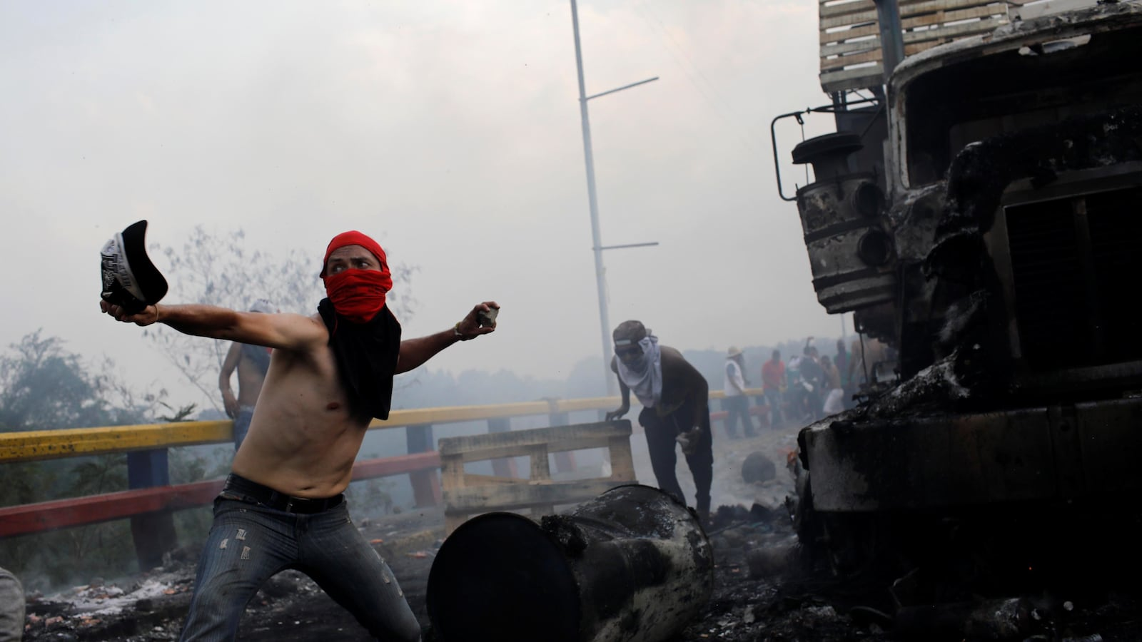 venezuela-manifestation-pont-camion.jpg