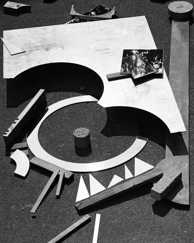 Inspiré par le Bauhaus, Matthew Porter déjoue la construction des images - Art | Comme les images Dada devaient beaucoup à la découverte de l'art africain, celles de Matthew Porter s'inspirent des formes du Bauhaus pour revitaliser aussi bien rebuts qu'objets anciens.