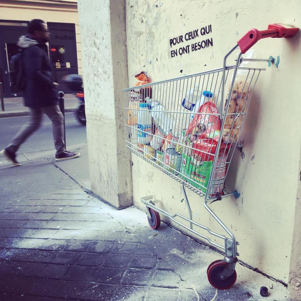 Sur le principe du garde-manger solidaire, les moitiés de chariots fixées aux murs de  Monsieur BMX , street-artiste gardois, ont pour objectif de donner aux plus démunis.