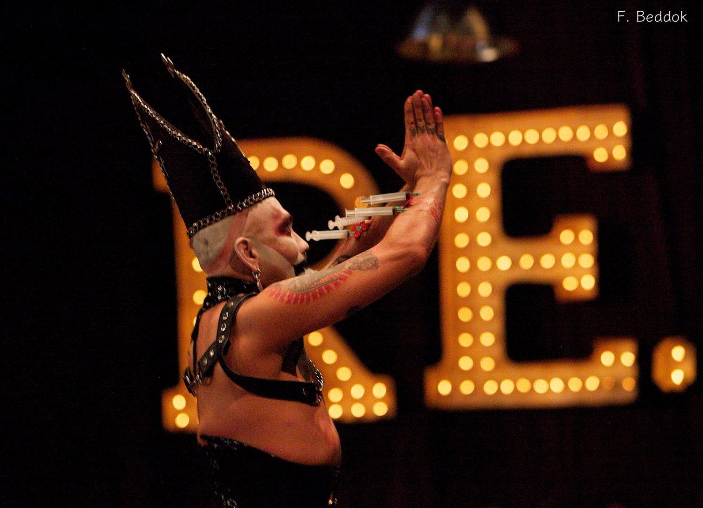 - Scènes | INVERSION ! Quand le 6 devient le 9, le 9 devient le 6. Quand le maître de cérémonie déclame à l'envers, le décor change : les rideaux rouges et noirs se transforment en miroirs ; quand l'électricité change de pôles, les danses se figent : monde à l'endroit de cirque à l'envers. Upside down; femme homme et homme femme : reverse ! Travestir l'autorité, draguer les pensées, risquer la comédie. Une soirée hors normes, des normes hors soirée. REACT ! A Paris jusqu'au 30 mars.
