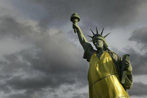 """Samedi à Colmar, les gilets jaunes ont redonné du sens à la statue de la liberté. A rapprocher de leur beau slogan écrit sur une banderole : """"la fraternité, on l'a déjà retrouvée. Il nous reste à conquérir la liberté et l'égalité"""". A l'évidence, il y en a (et surtout chez les éditorialistes, experts et politologues, ce qui est un peu effrayant) qui n'ont toujours pas compris de quoi il était profondément question dans ce mouvement."""