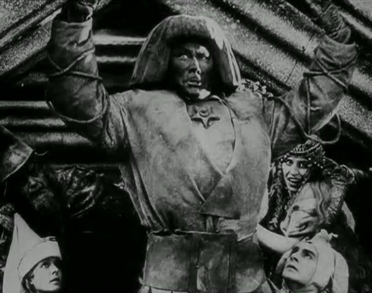 Le Golem, un film de Paul Wegener et Carl Boese , 1920. Il raconte l'histoire d'un rabbin qui fabrique un monstre dans l'espoir d'en faire son serviteur mais aussi le sauveur de la communauté juive.