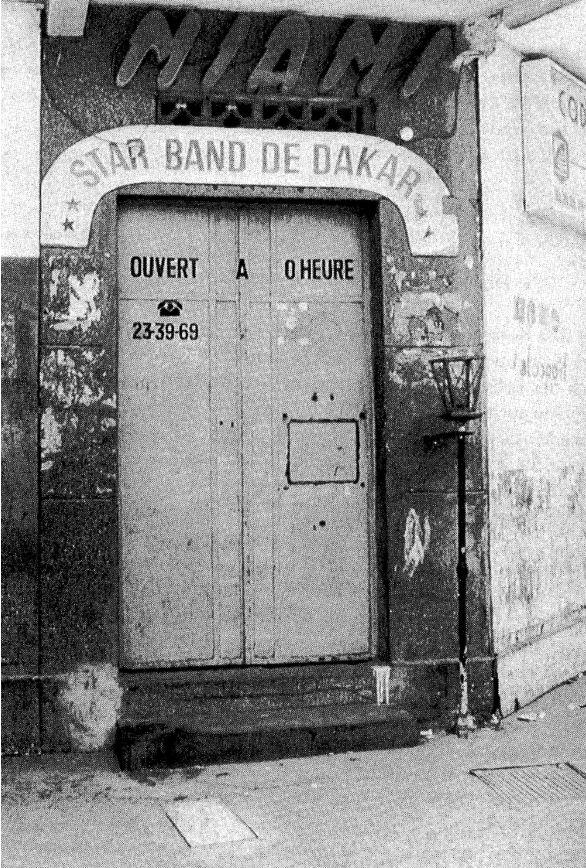 Star Band de Dakar. Une porte magique !  Voir notre article.