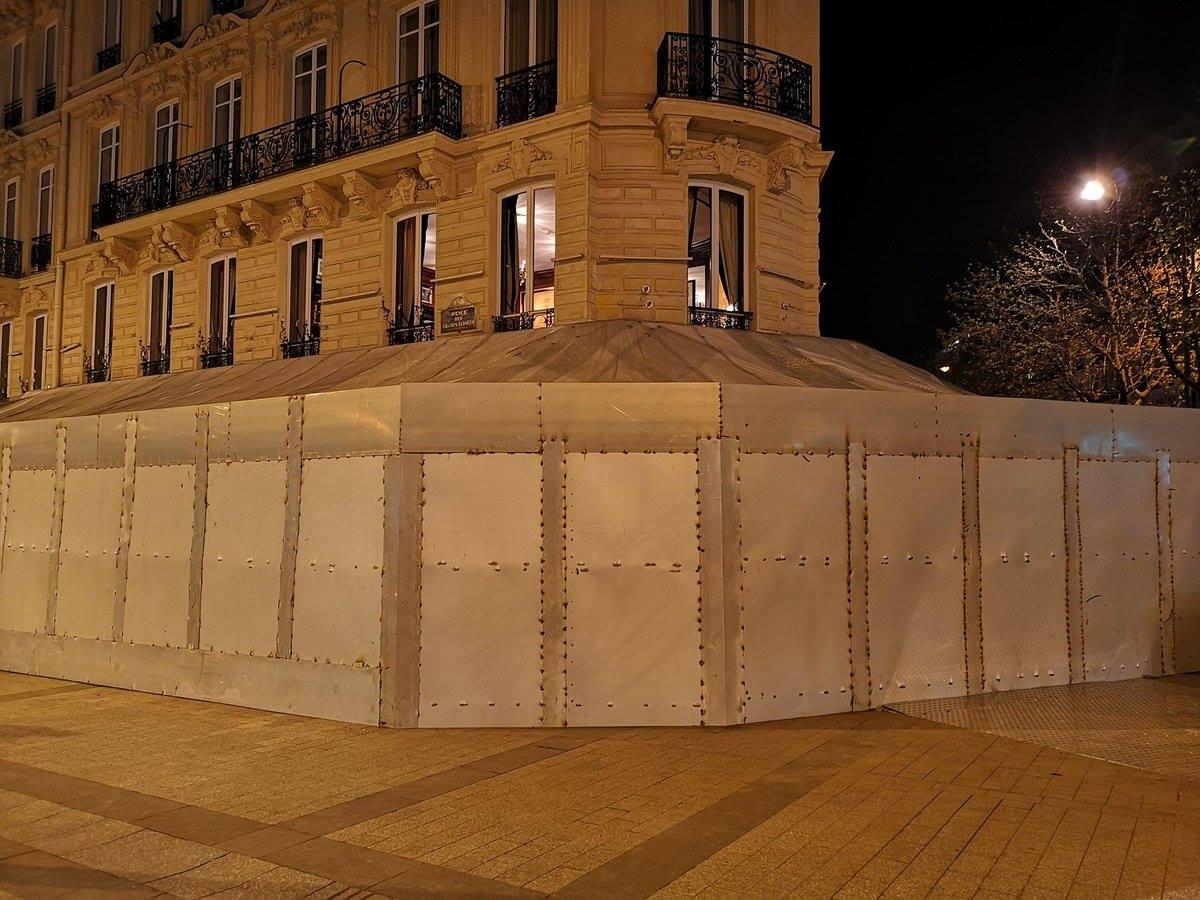 Entièrement redesigné dans le style Macron I er, le Fouquet's a attiré samedi dernier des milliers de policiers, à qui la célèbre avenue des Champs-Élysées avait été réservée ce jour-là. Photo David Dufresne.