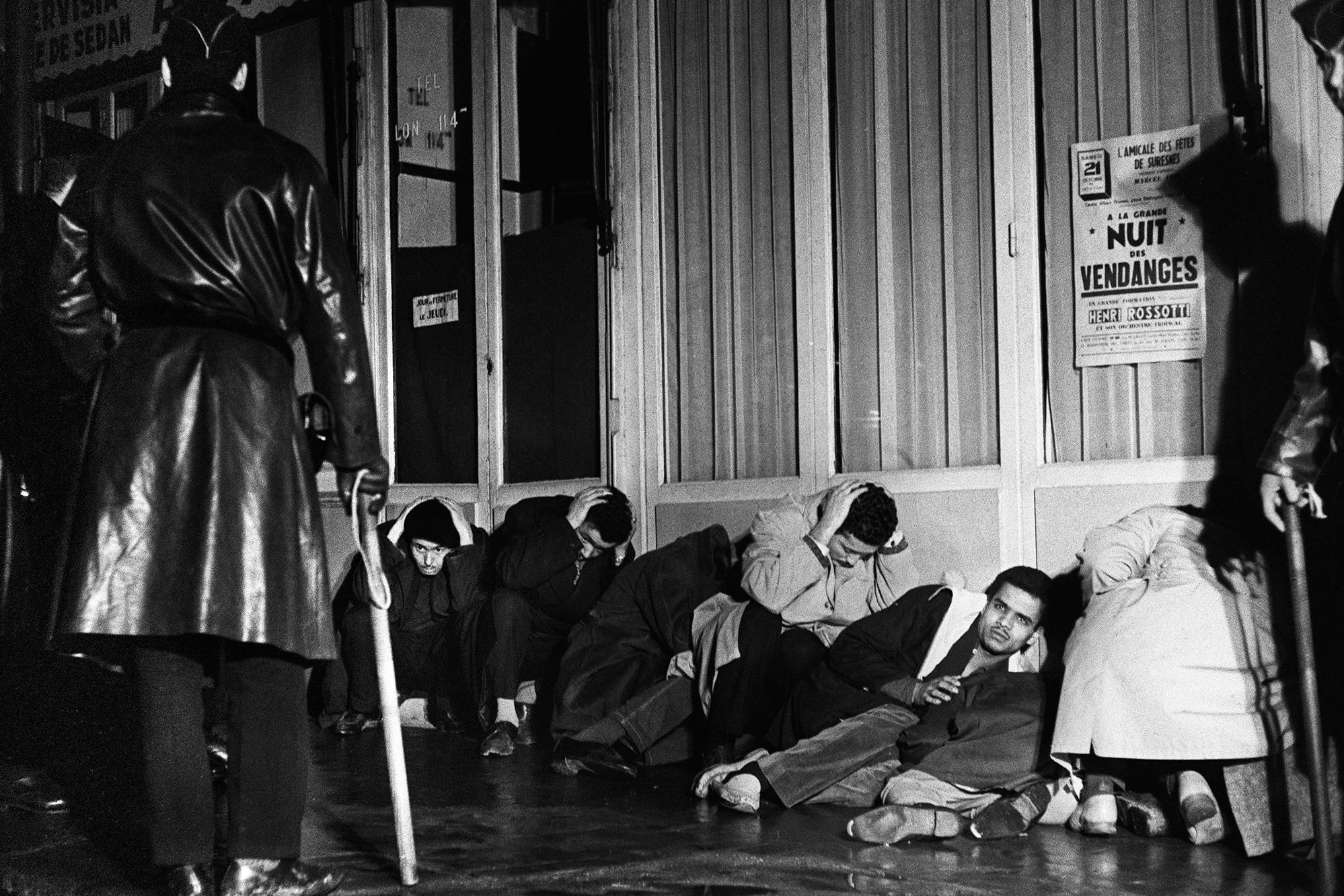 """17 octobre 1961, une manifestation pacifique d'Algériens devient """"ratonnade"""" ."""