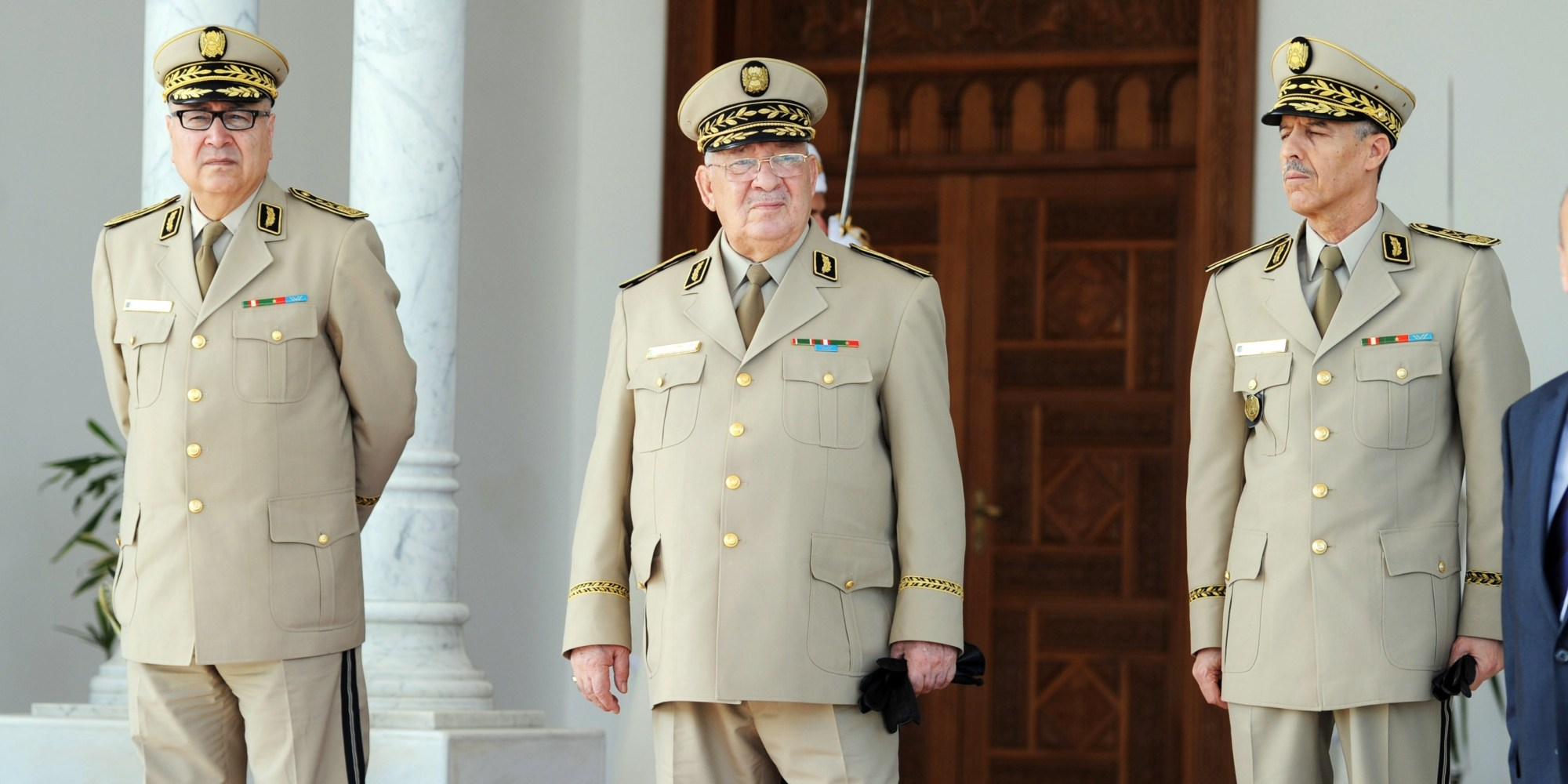 Au centre, le chef de l'Etat-Major de l'Armée algérienne, le général-Major Ahmed Gaïd Salah.   © AFP / Farouk Batiche