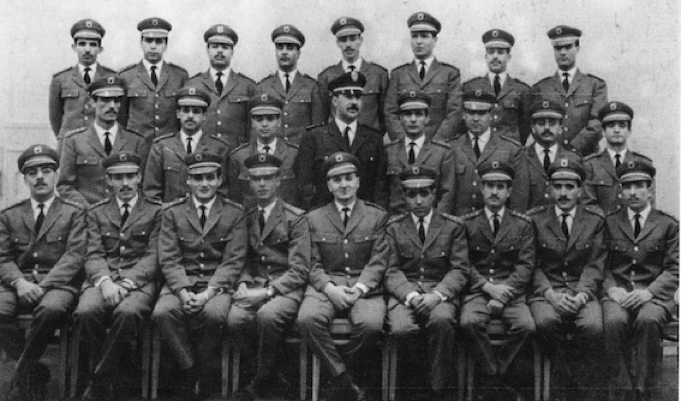 Sortie de la première promotion d'officiers algériens à l'académie militaire de Frounzé à Moscou, décembre 1964. Parmi les jeunes officiers, les futurs généraux Lakehal Ayat, Larbi Belkheir, Khaled Nezzar, Mostefa Beloucif, entre autres (archives privées/éditions Barzakh) . A lire  sur l'histoire de l'armée algérienne, ce livre de Saphia Arezki :     De l'ALN à l'ANP, la construction de l'armée algérienne 1954-1991     .