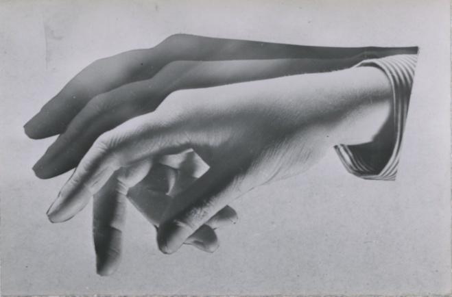 André Steiner,  Étude de mains, 1934   Tirage gélatino-argentique d'époque — 6 × 9,1 cm Courtesy Les Douches la Galerie, Paris