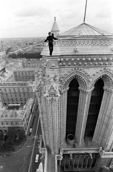 Philippe Petit sur les toits de Notre Dame 1971. Via Isabel Sig.