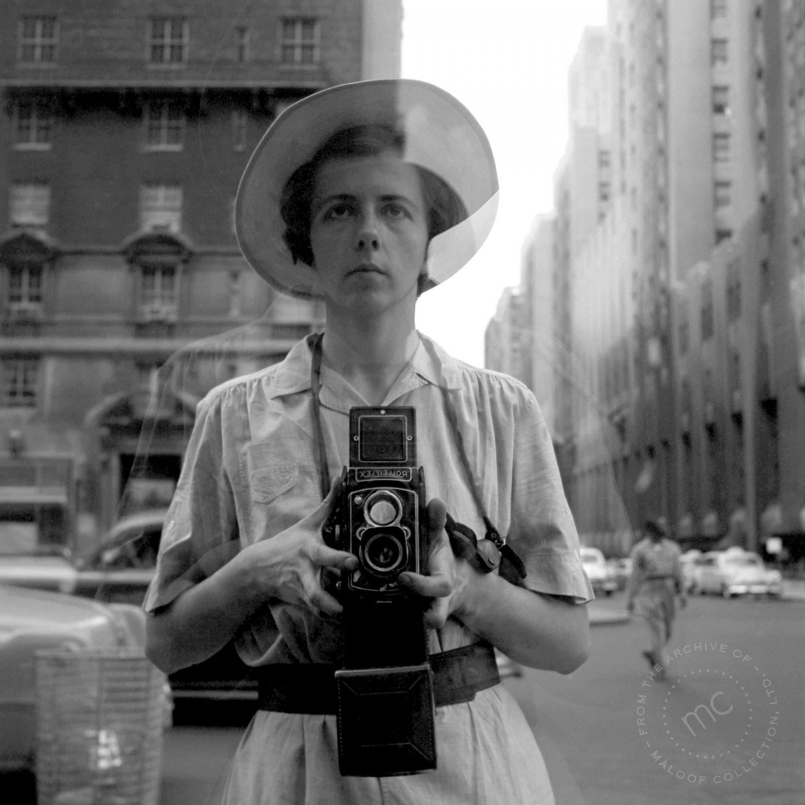 Le bouleversant regard sur elle-même de Vivian Maier - Self Portrait Mirror Red Clothing Shop