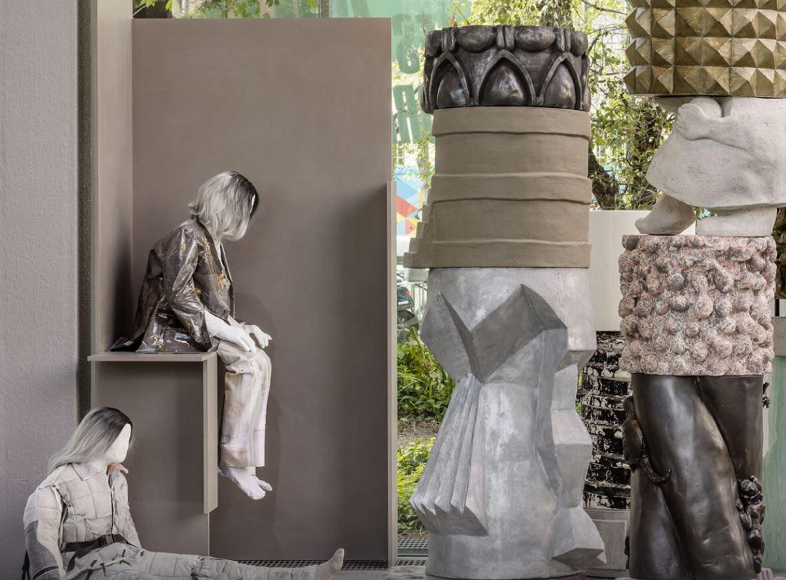 Vue de l'exposition Jeunes Artistes en Europe. Les Métamorphoses,  Fondation Cartier pour l'art contemporain, Paris, 2019. Au premier plan, Marion Verboom   © Luc Boegly